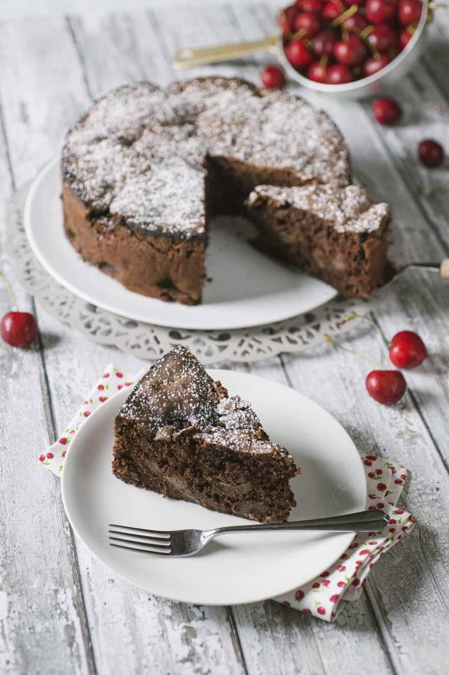 Torta al cioccolato e ciliegie senza glutine pronta per essere servita