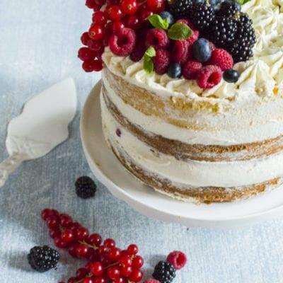 Naked cake senza glutine pronta per essere servita