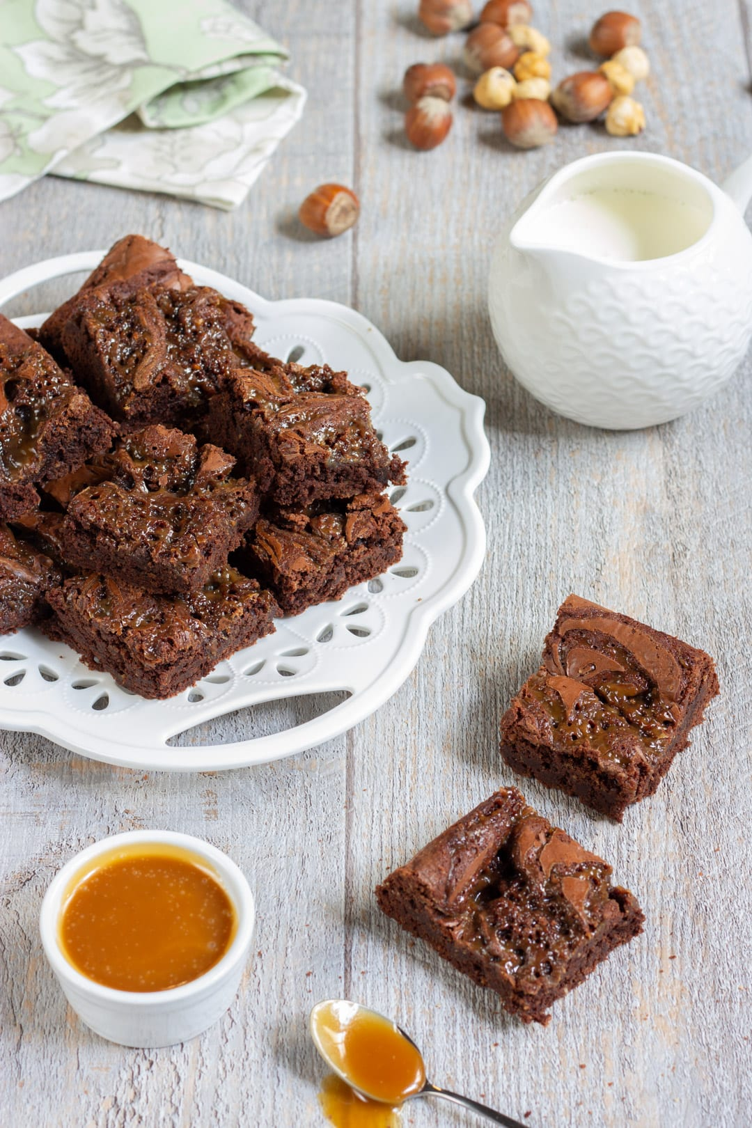 Brownies al caramello salato a cubotti pronti per l'assaggio