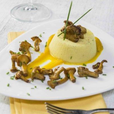 Flan di Parmigiano Reggiano con vellutata di zucca e finferli