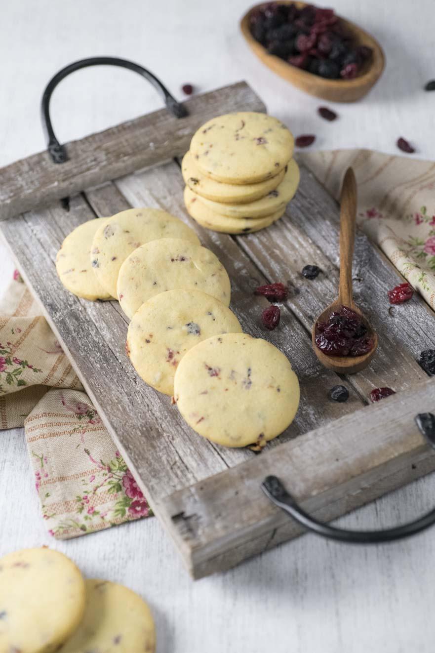 Biscotti ai frutti rossi sul vassoio pronti per l'assaggio