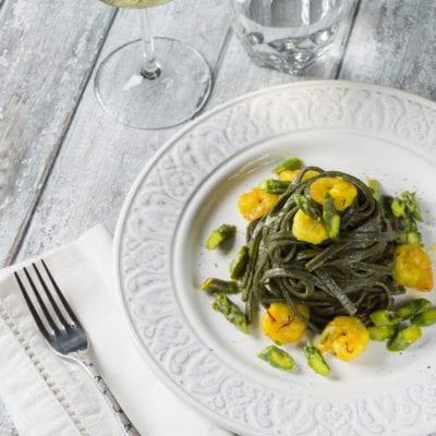 Tagliolini al nero di seppia con gamberetti, zafferano e asparagi