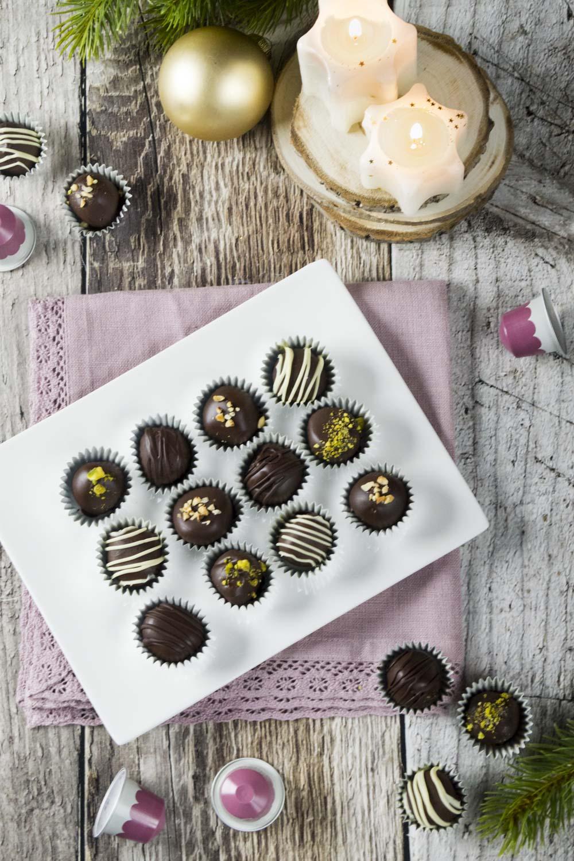 Praline al cioccolato nei pirottini pronti all'assaggio