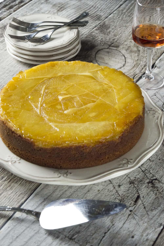 torta rovesciata all'ananas in piatto pronta da servire