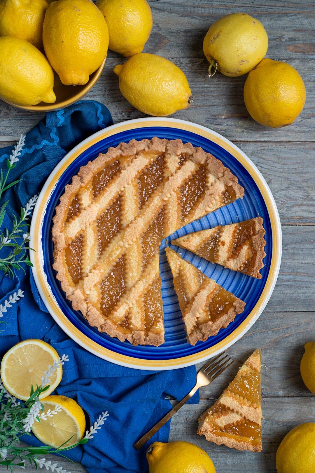 Crostata con marmellata di limoni fetta tagliata e pronta da gustare