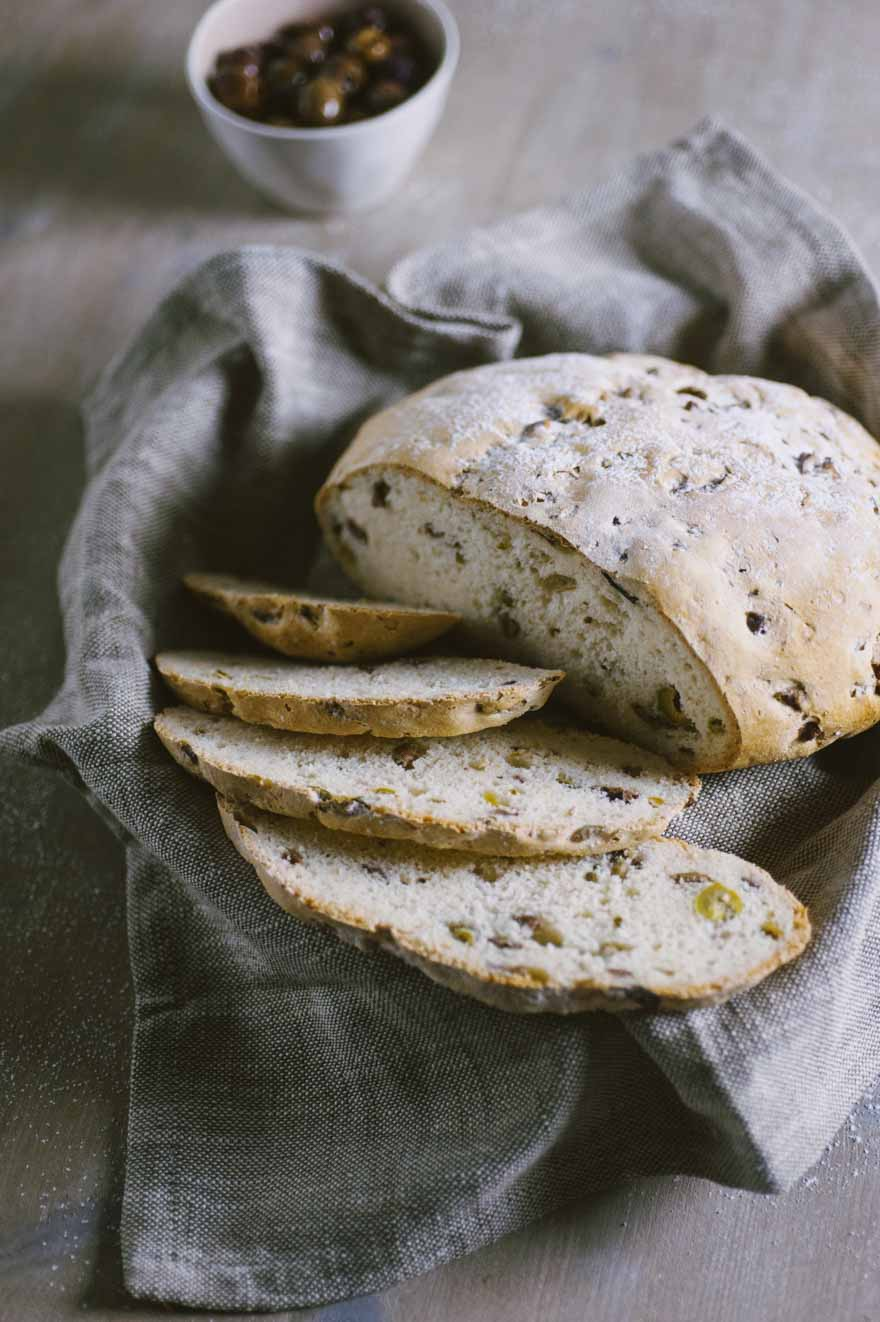 pagnotta alle olive senza glutine servita in cestino con canovaccio