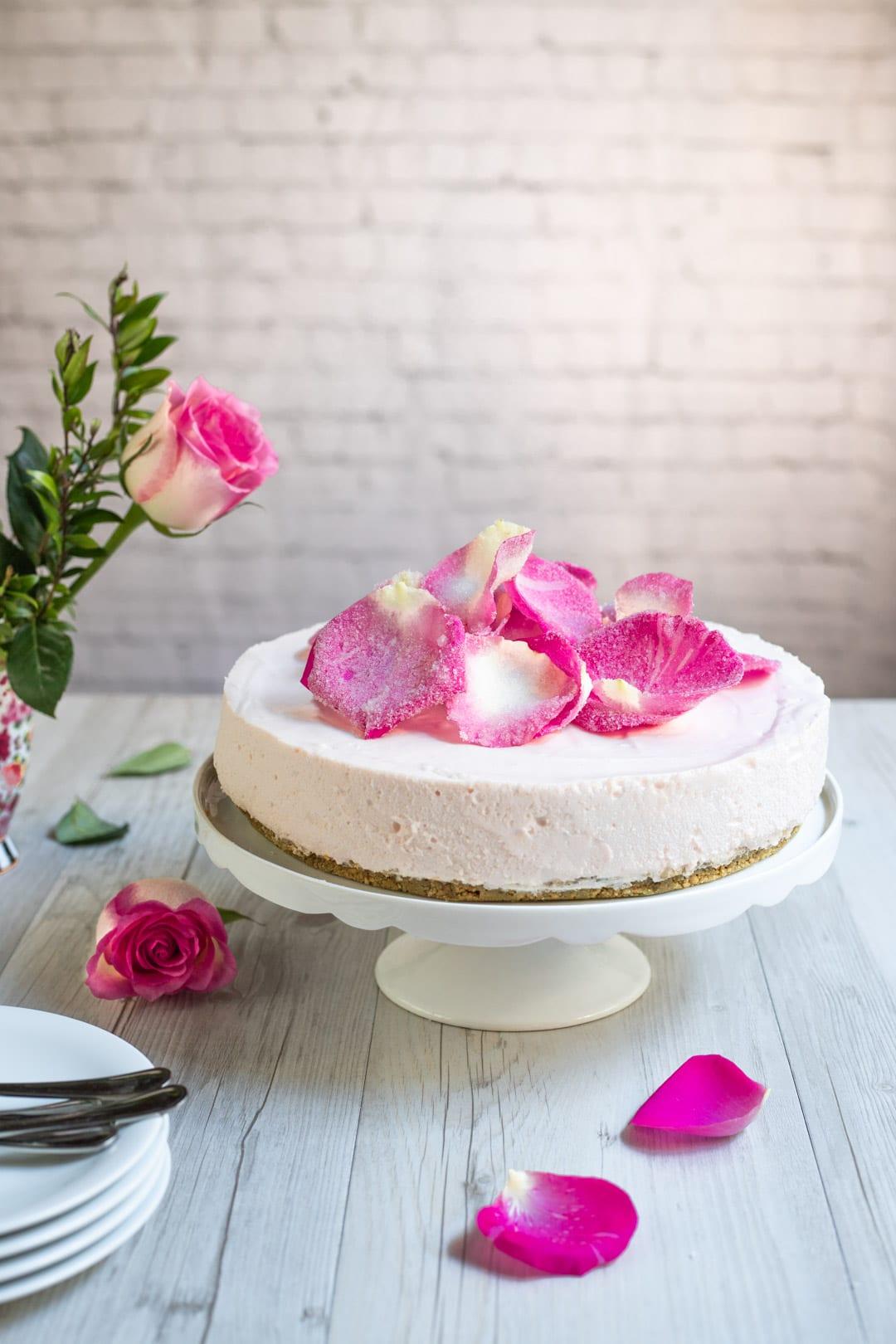 Cheesecake alle rose senza glutine e senza lattosio su alzatina pronta