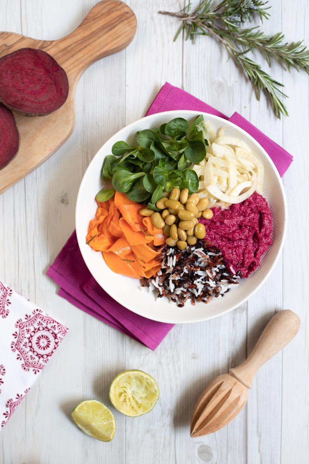 Bowl di riso e verdure pronta per l'assaggio