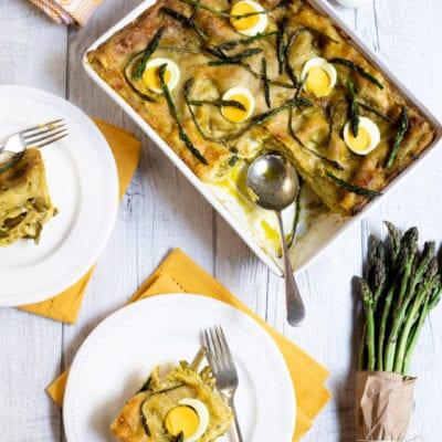 Lasagne con pesto, asparagi e uova sode pronte all'assaggio