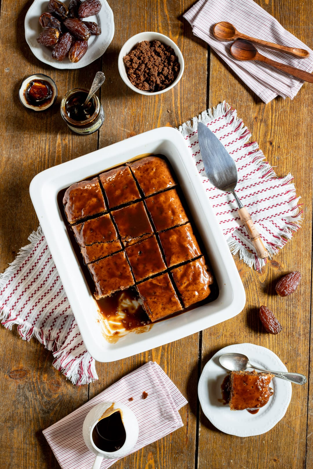 Sticky toffee pudding diviso a cubotti e pronto per l'assaggio