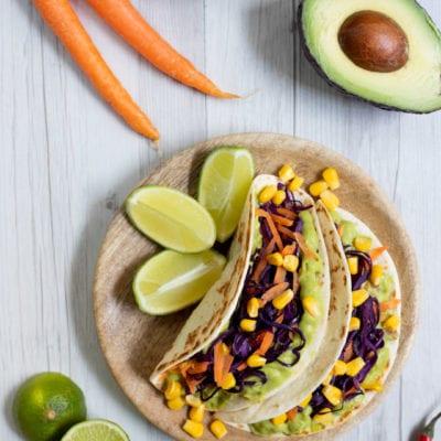 Tacos con guacamole, verdure e mais