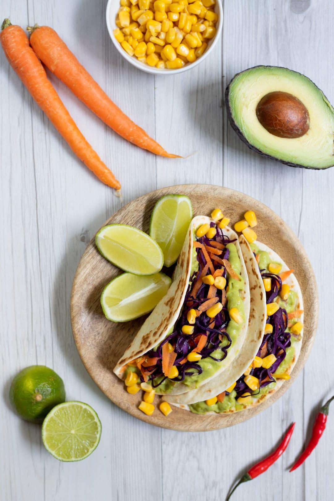 Tacos con guacamole, verdure e mais pronto sulla tavola