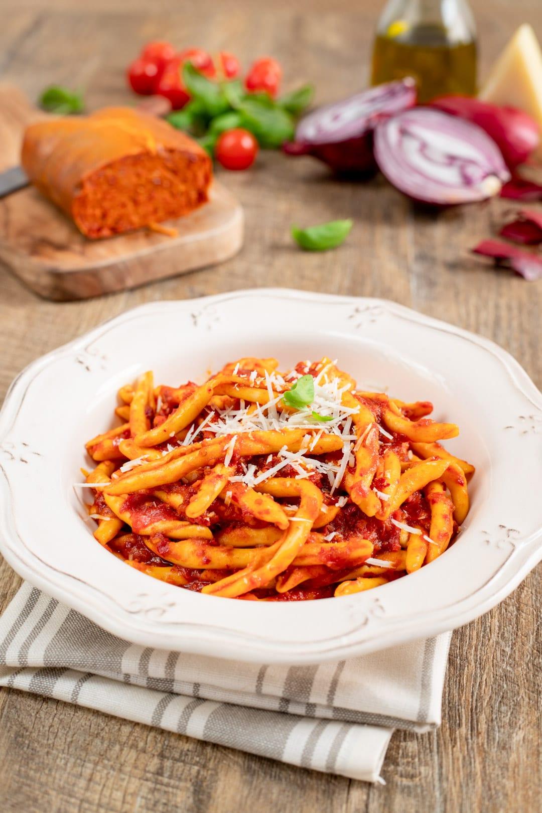 Pasta cipolle rosse e 'nduja nel piatto pronta per l'assaggio