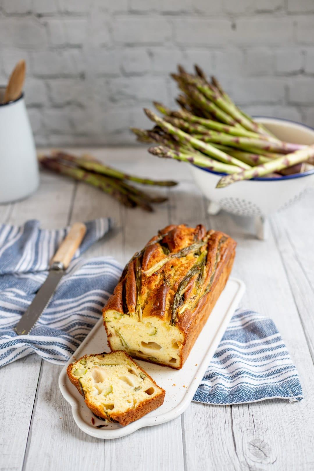 Plumcake agli asparagi pronto per l'assaggio