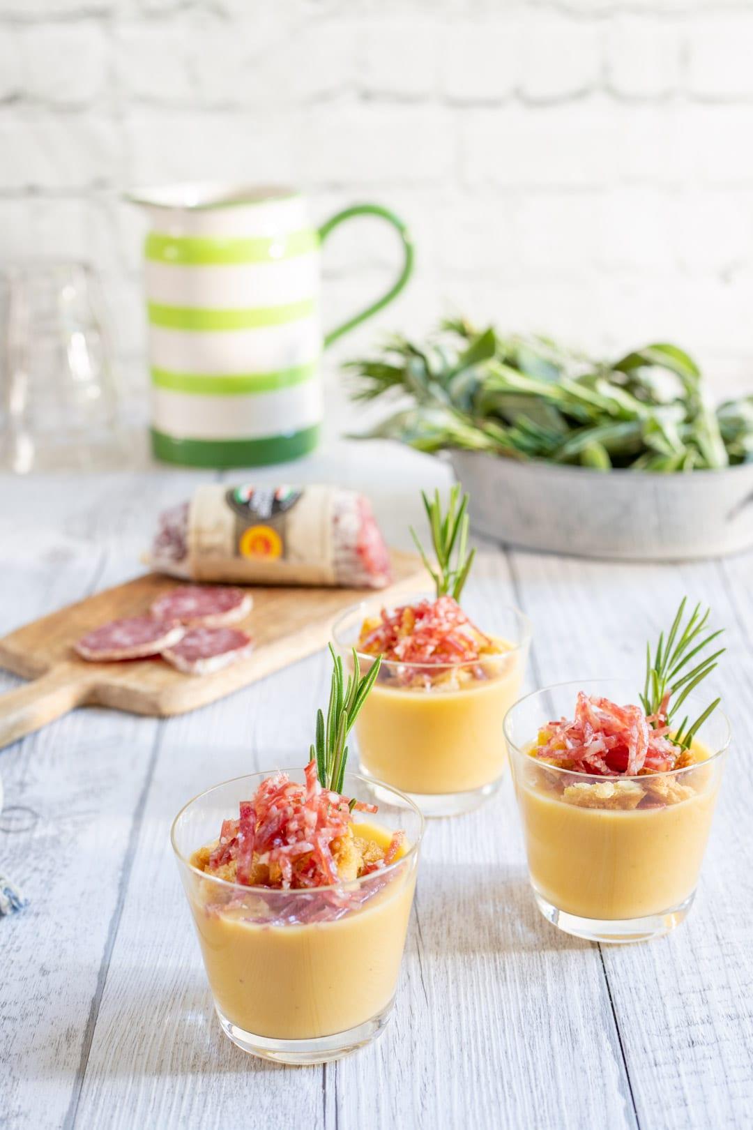 Crema di cannellini con crumble di pane e briciole di salame pronta per l'assaggio