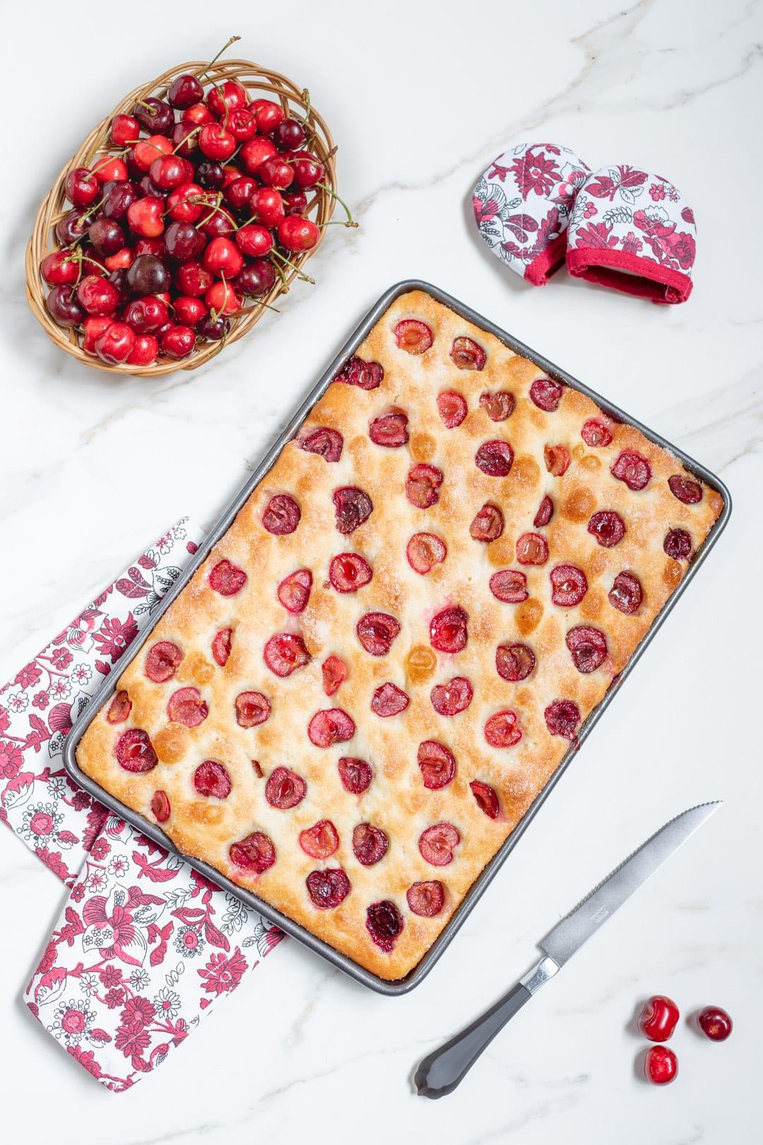 Focaccia con le ciliegie pronta in tavola per l'assaggio