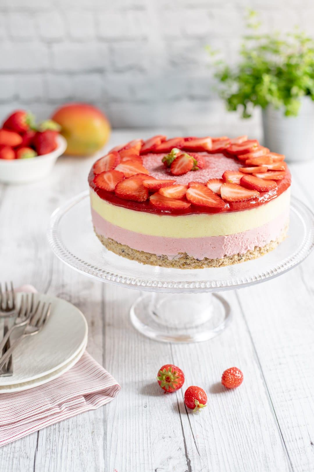 Mousse cake su alzatina pronta per assaggio