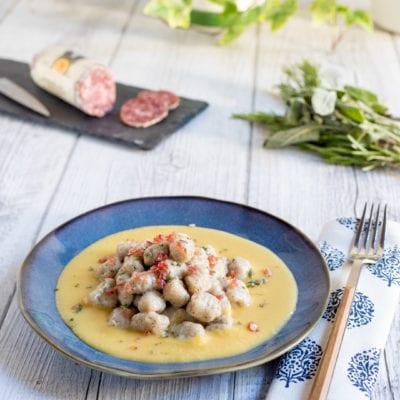 Gnocchetti alle erbe con briciole di salame cacciatore italiano su crema di pane