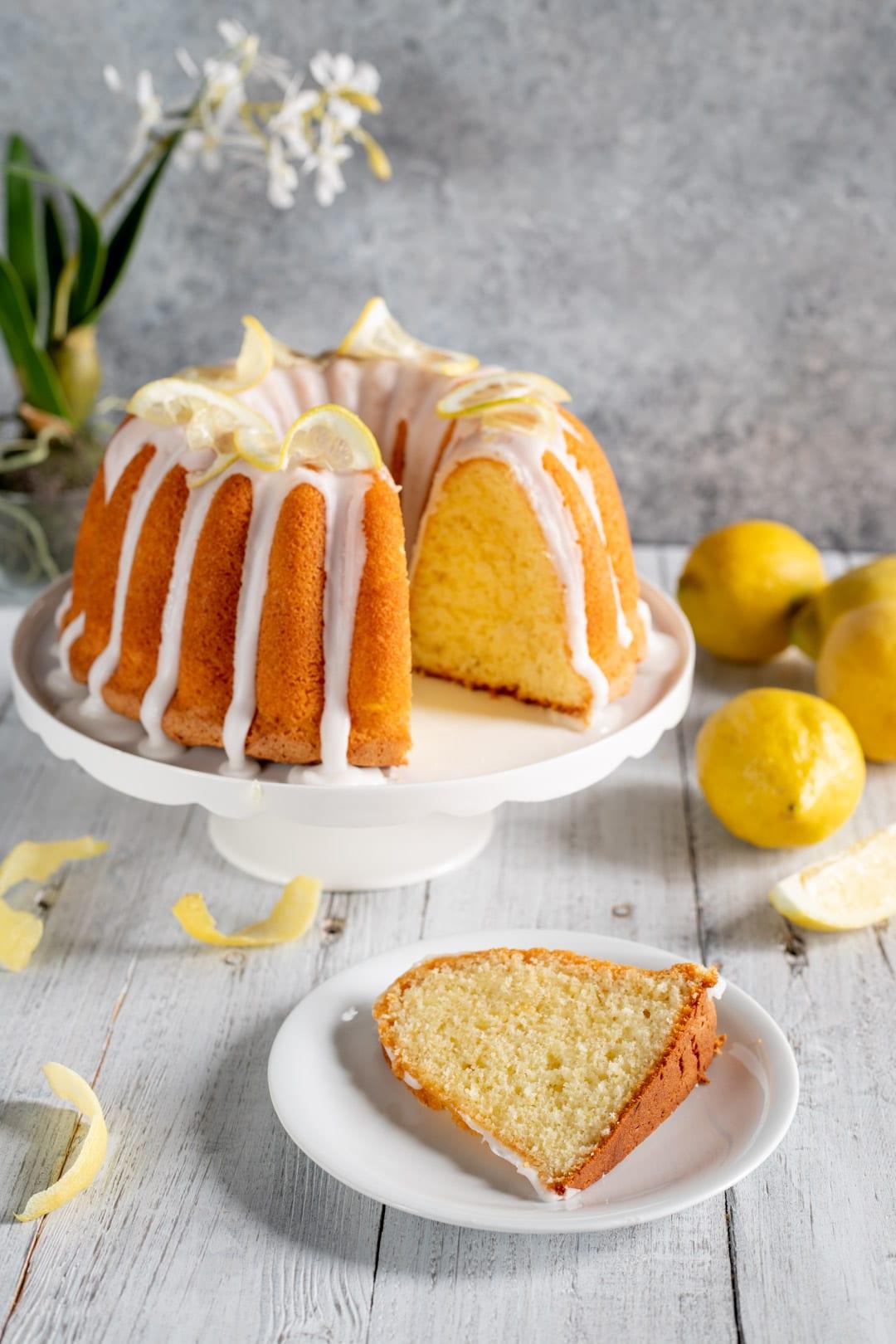 Ciambella al limone con fetta nel piattino