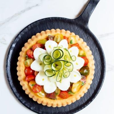 Crostata morbida con mozzarella, verdure e gocce di pesto