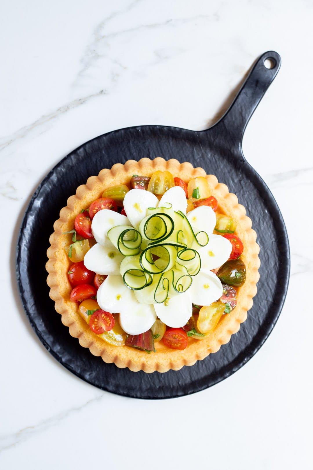 Crostata morbida con verdure, mozzarella e gocce di pesto
