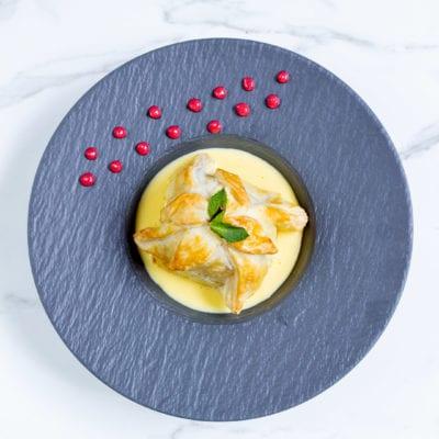 Mela in gabbia con crema inglese e coulis di lamponi