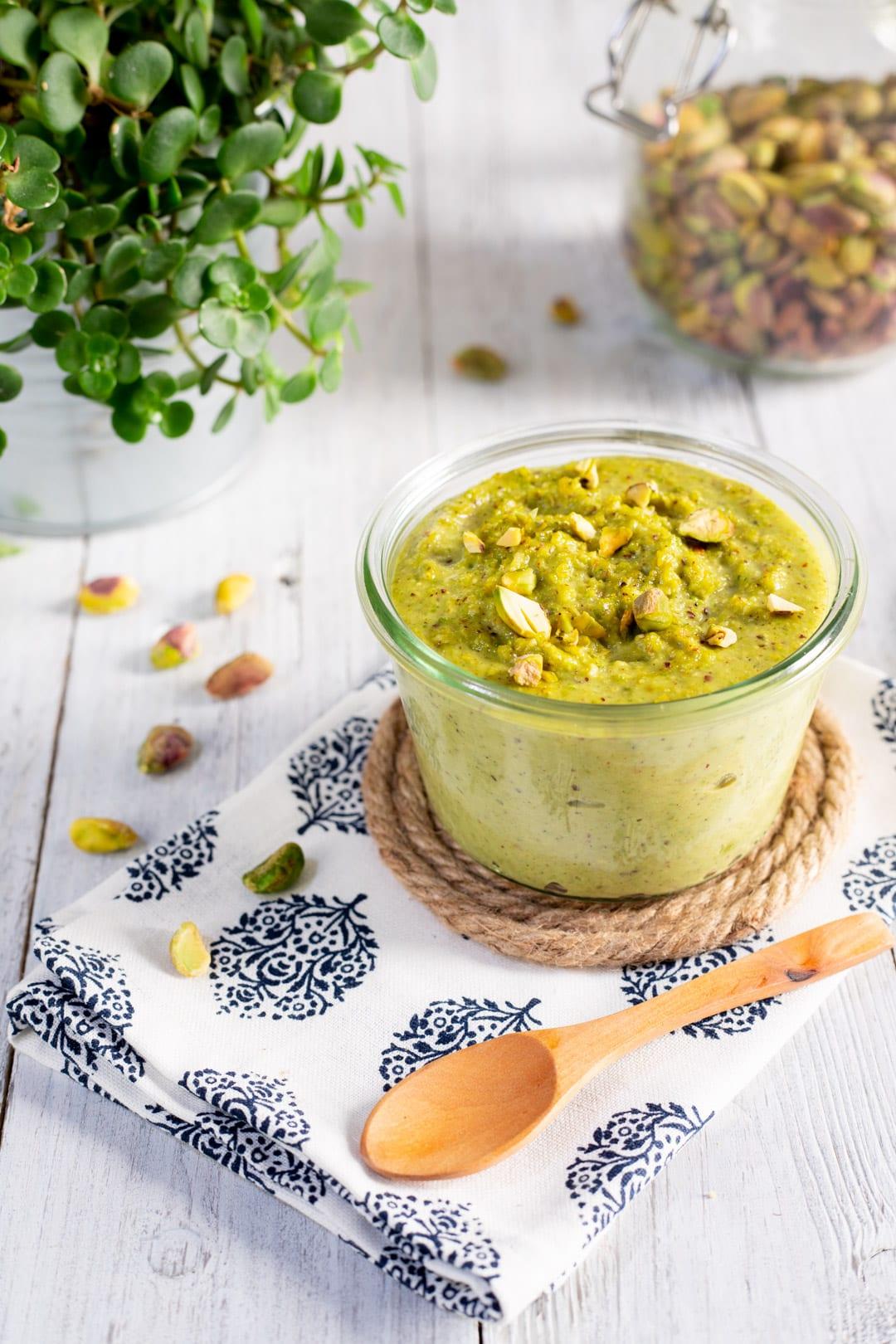 Pesto di pistacchi nel vasetto pronto come condimento