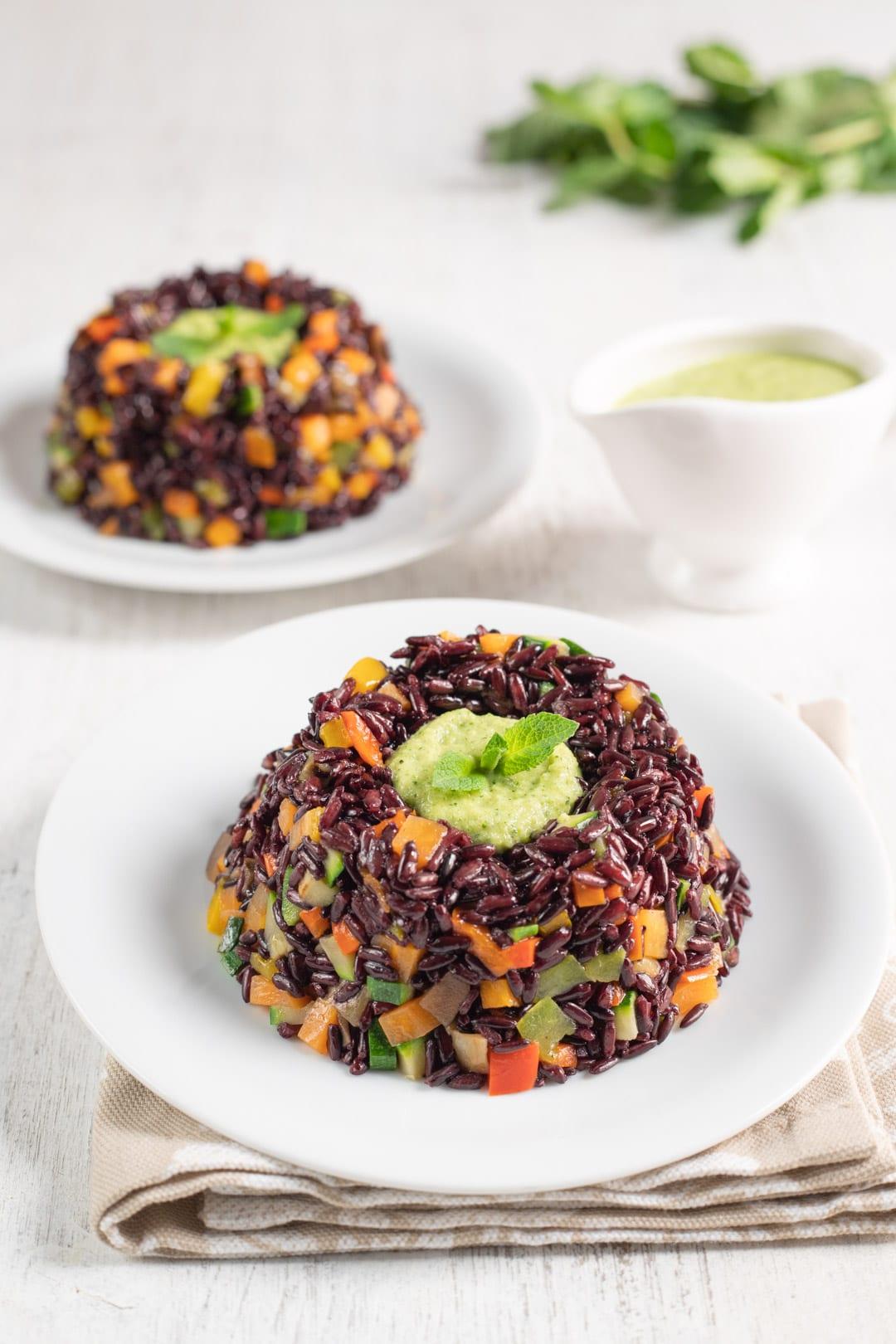 Coroncine di riso venere pronte da servire in tavola