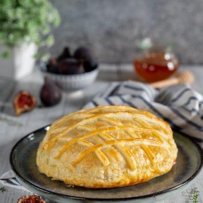 Scrigno di pasta sfoglia con camembert e fichi