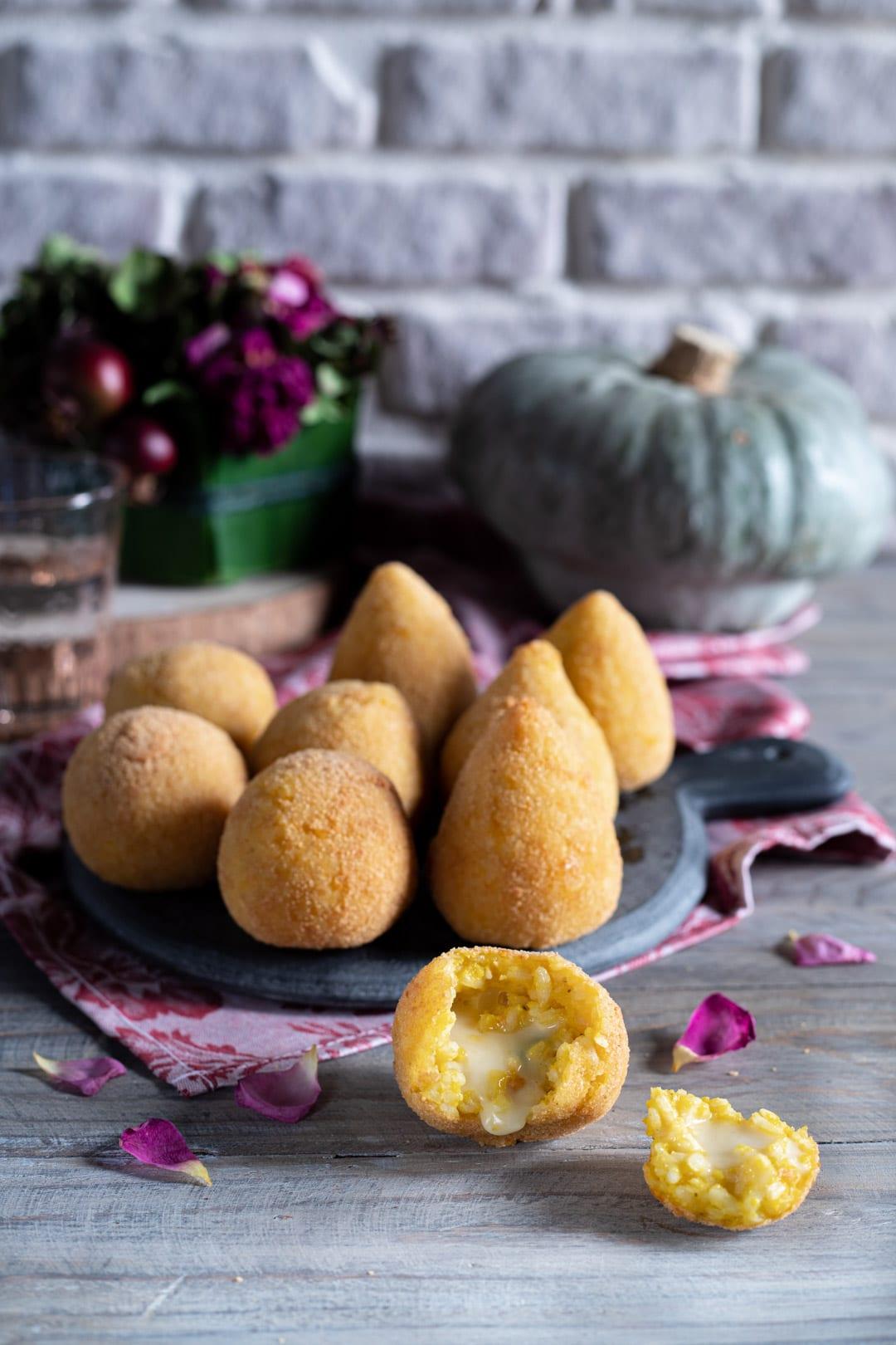 Arancini di zucca con cuore cremoso pronti da gustare