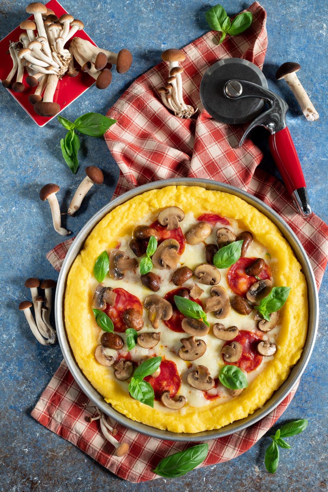 Pizza di polenta pronta da gustare