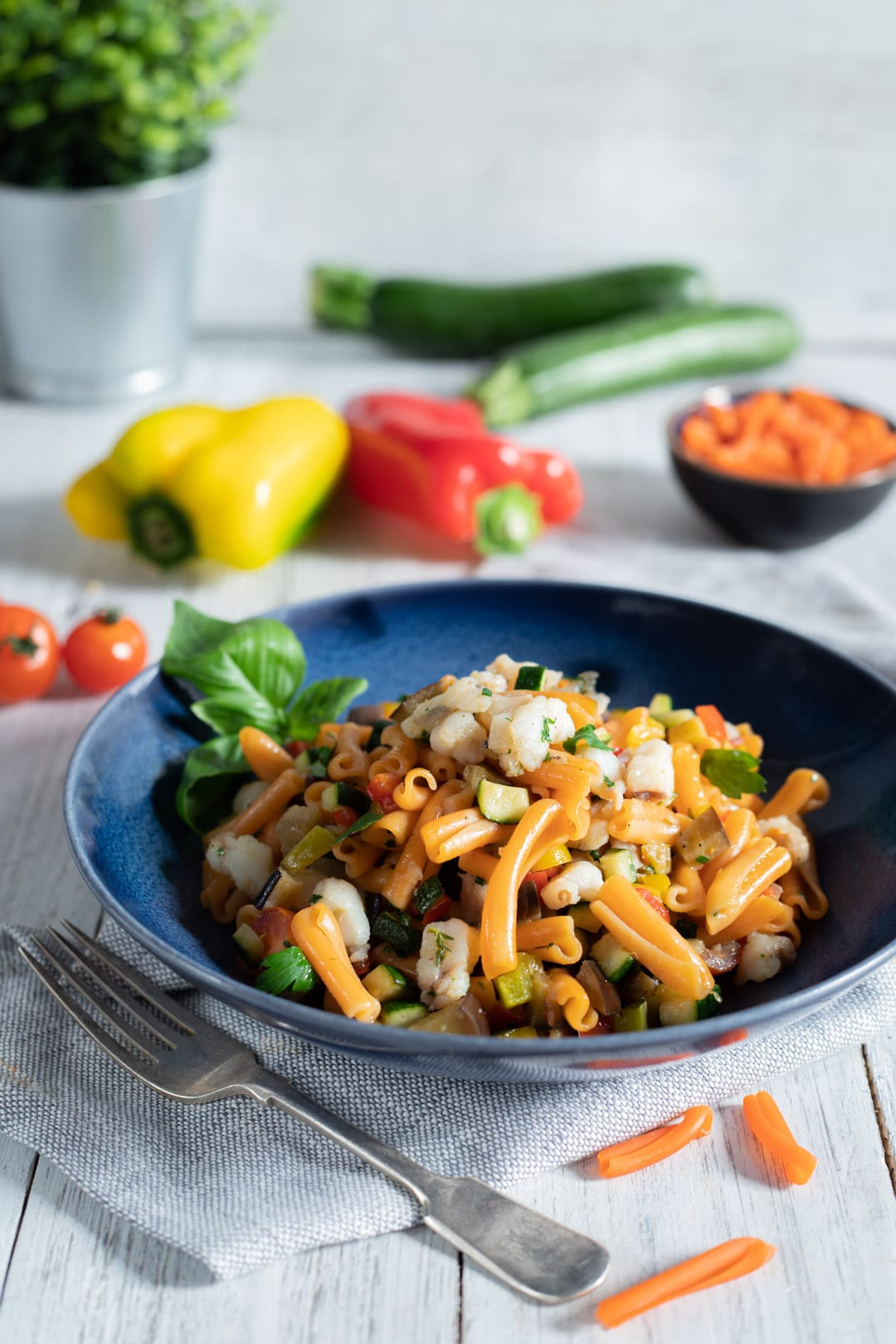 Strozzapreti alle lenticchie con verdure e coda di rospo nel piatto pronte all'assaggio