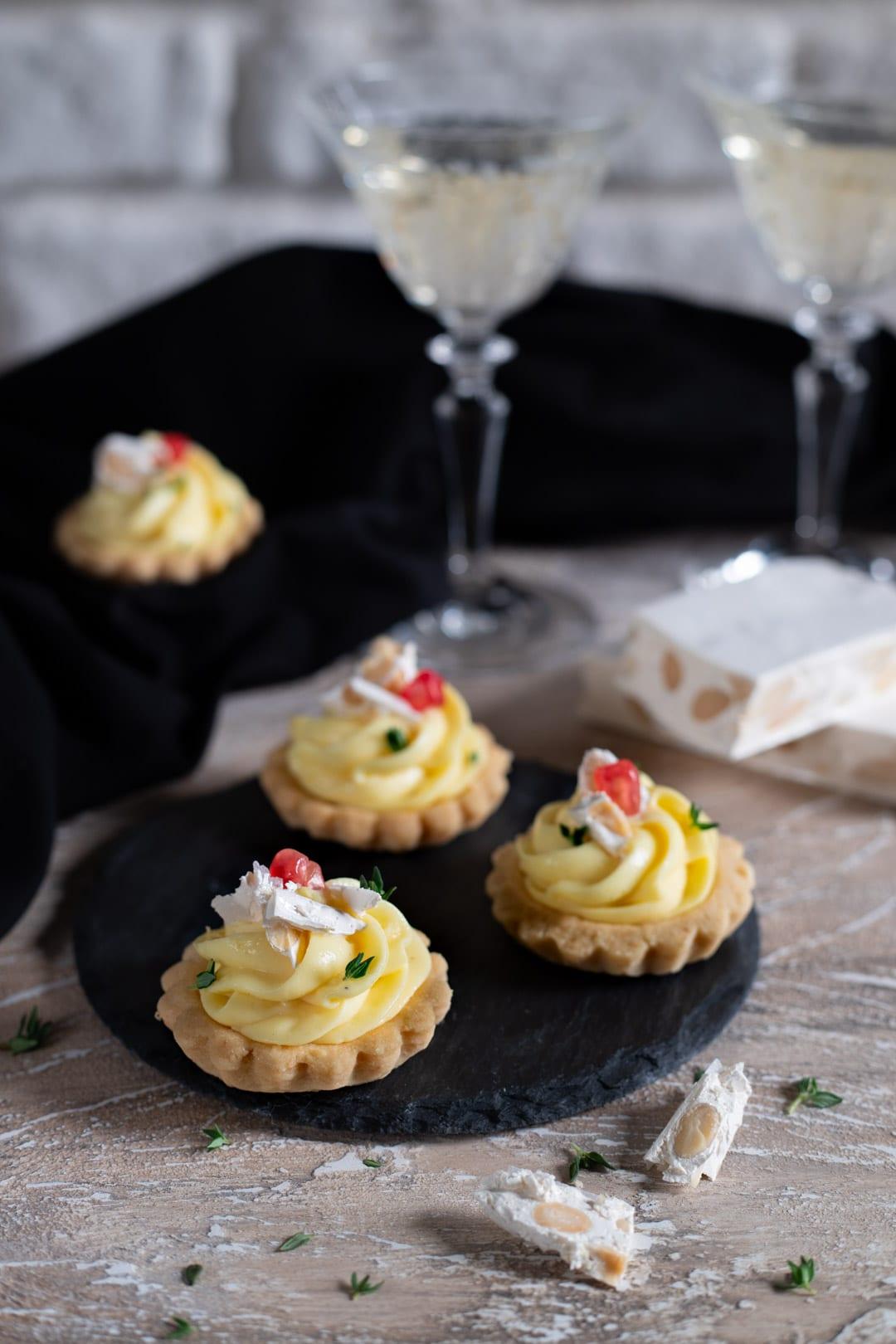 Tartellette con crema al parmigiano e torrone pronte da servire