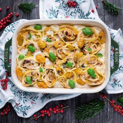 Roselline di pasta fresca con salmone e pomodorini gialli