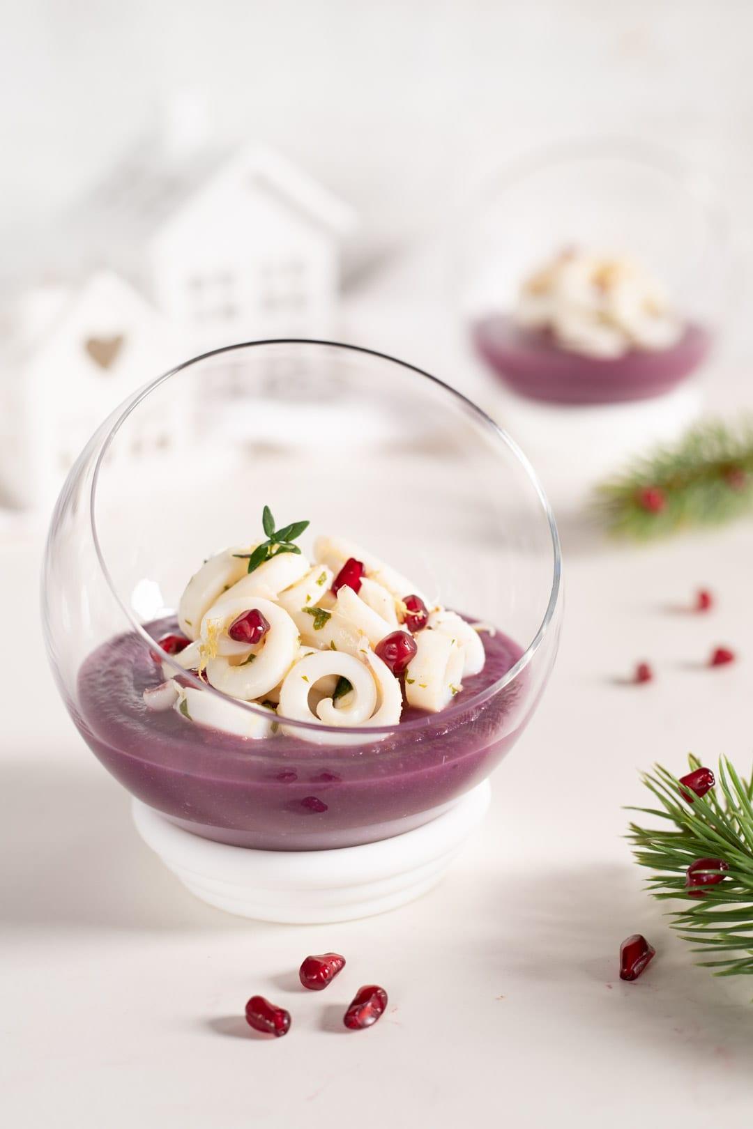 Tagliatelle di calamari su crema di patate viola pronta da gustare