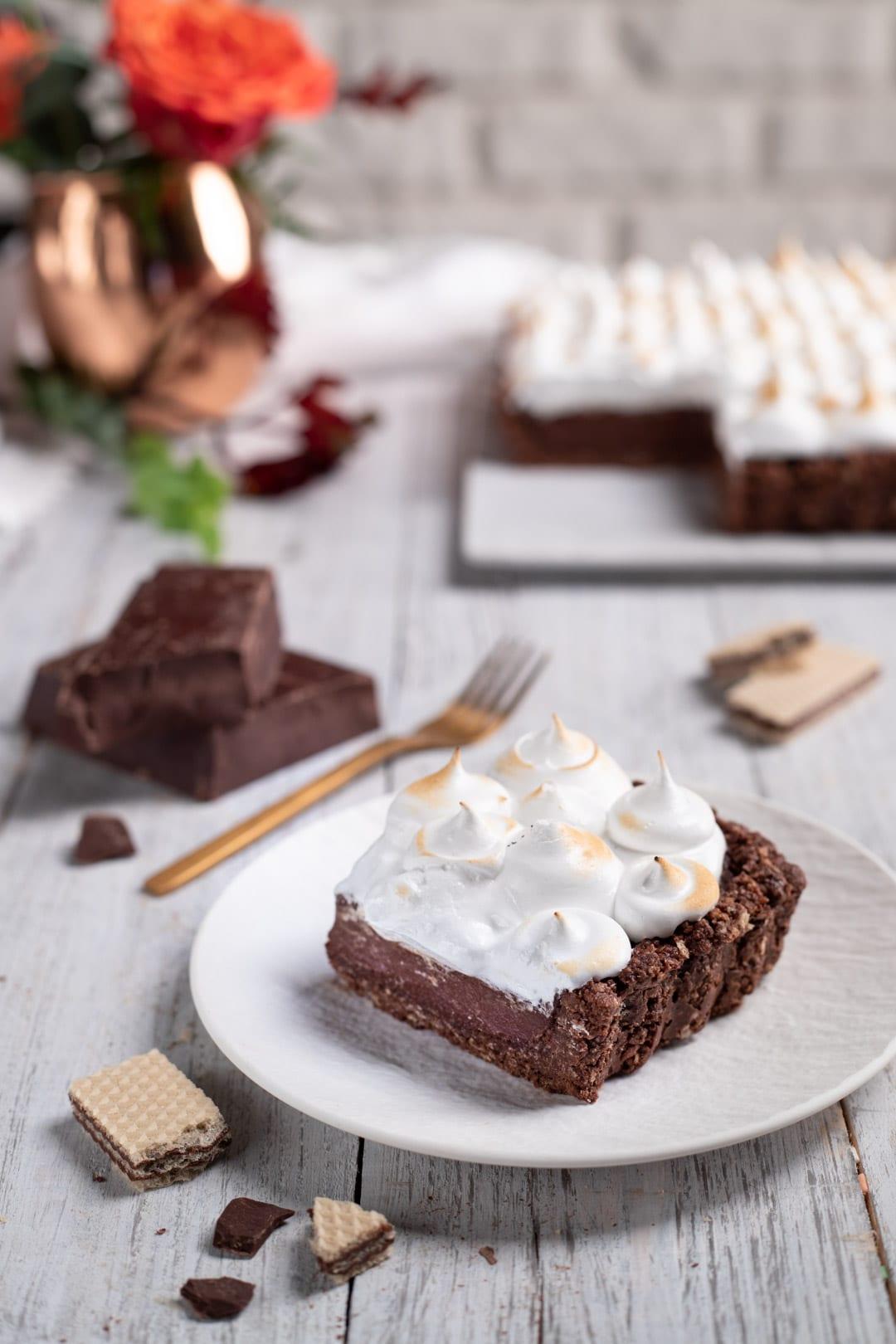 Torta meringata al cioccolato con fetta già tagliata e pronta da gustare