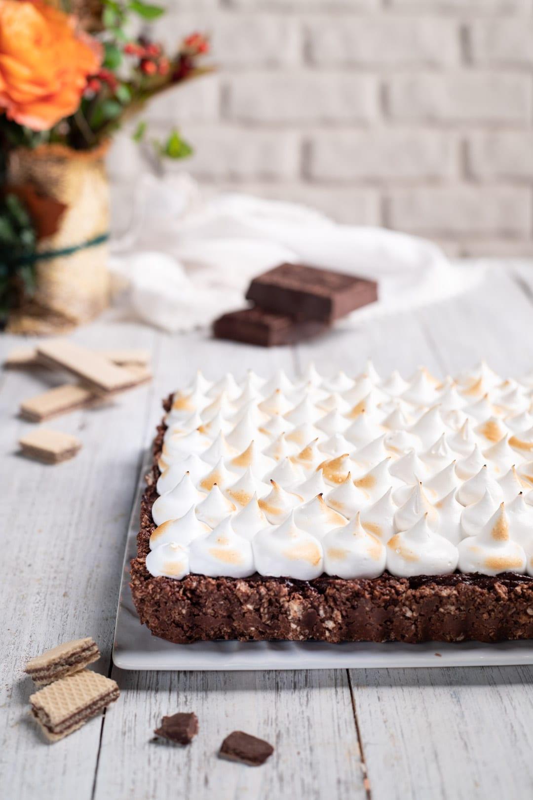 Torta meringata al cioccolato pronta da gustare