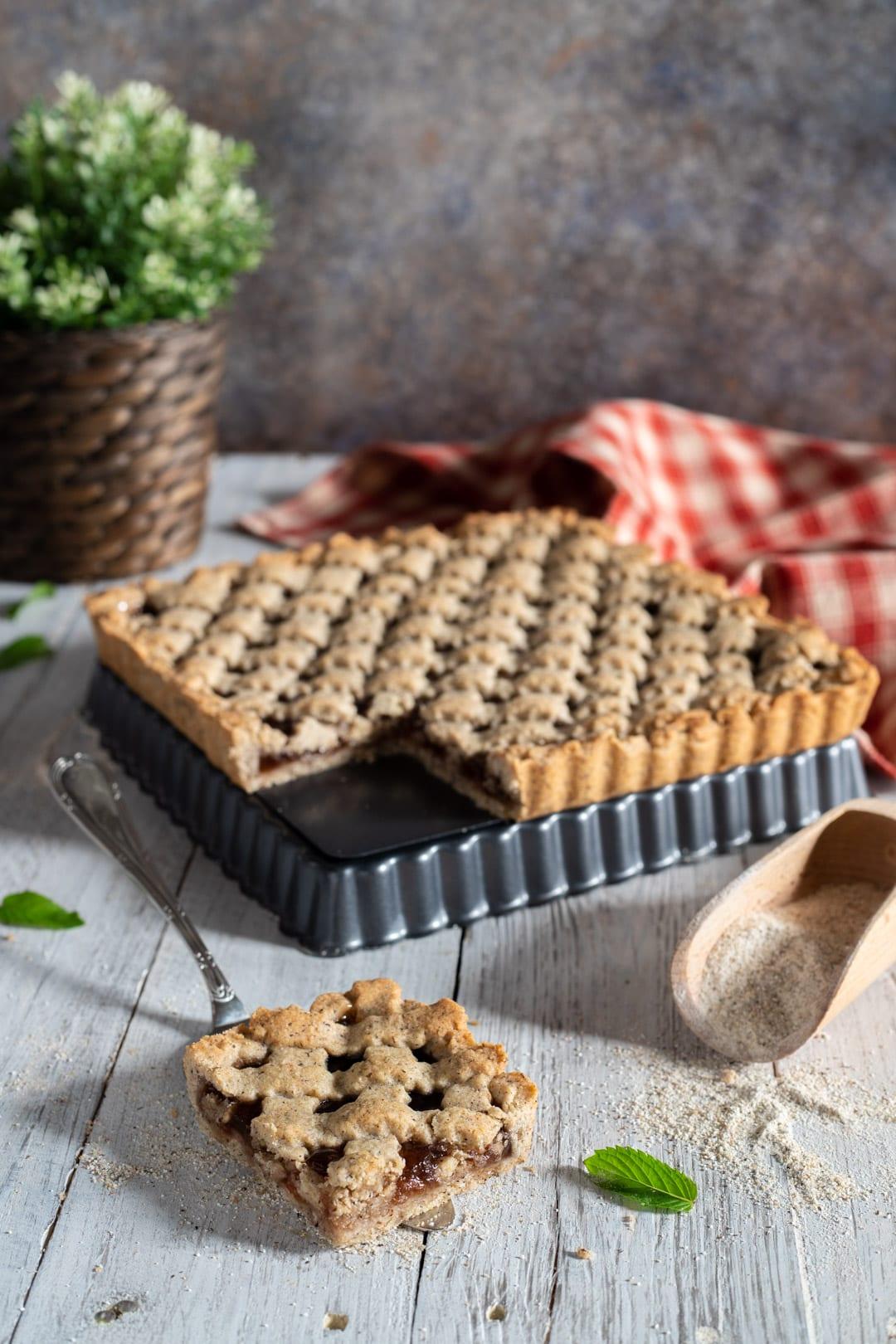 Crostata di grano saraceno con fetta tagliata e pronta da gustare
