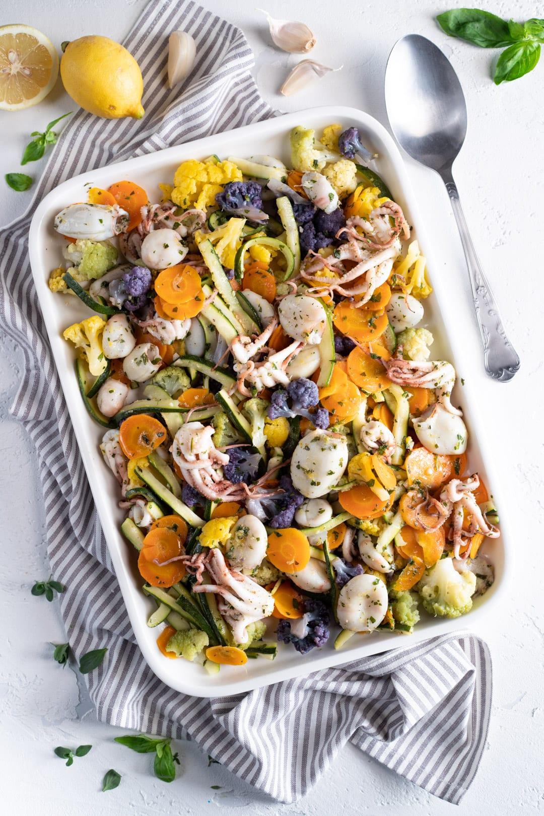 Moscardini con verdure al vapore con cucchiaio pronti da servire in tavola