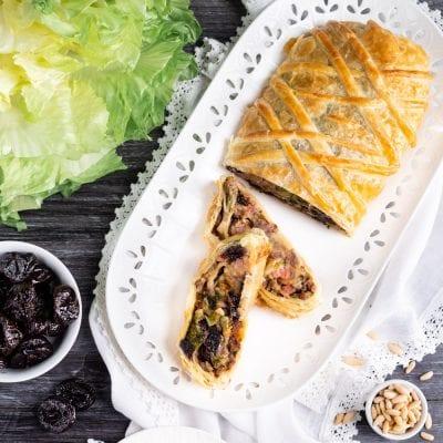 Strudel salato con scarola, salsiccia e prugne