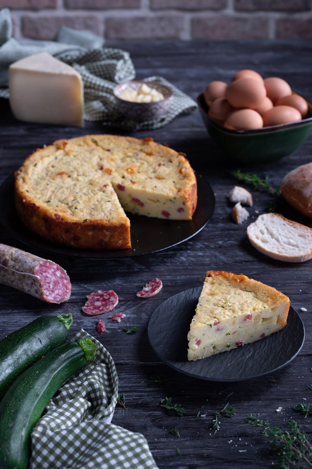 Torta salata di pane con fetta tagliata e pronta da gustare