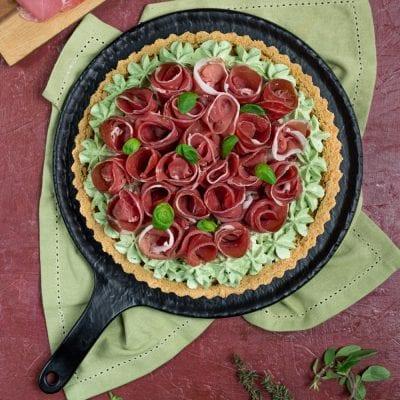 Crostata salata con roselline di crudo