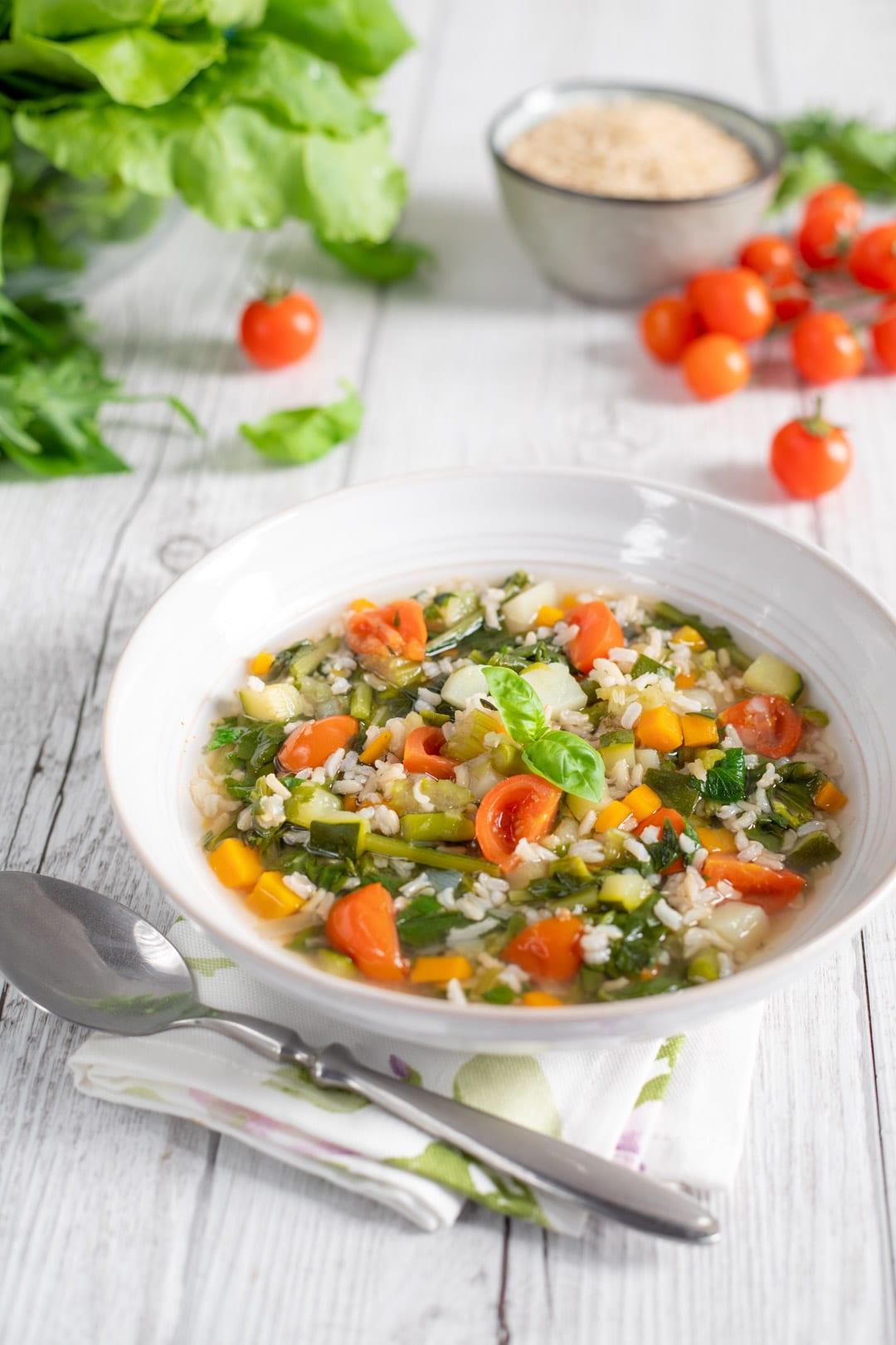 Minestrone di verdure miste e riso integrale