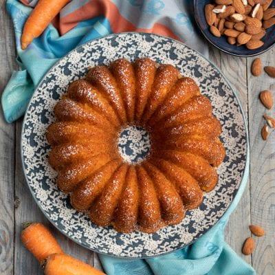 Torta di carote fetta tagliata e pronta da gustare