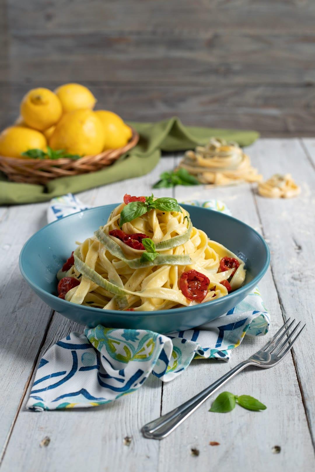Tagliatelle al basilico con salsa di limone