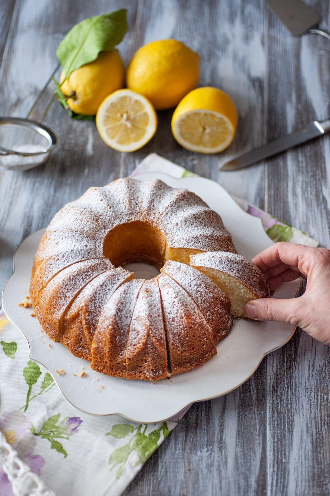 Torta sette vasetti con fetta pronta da gustare