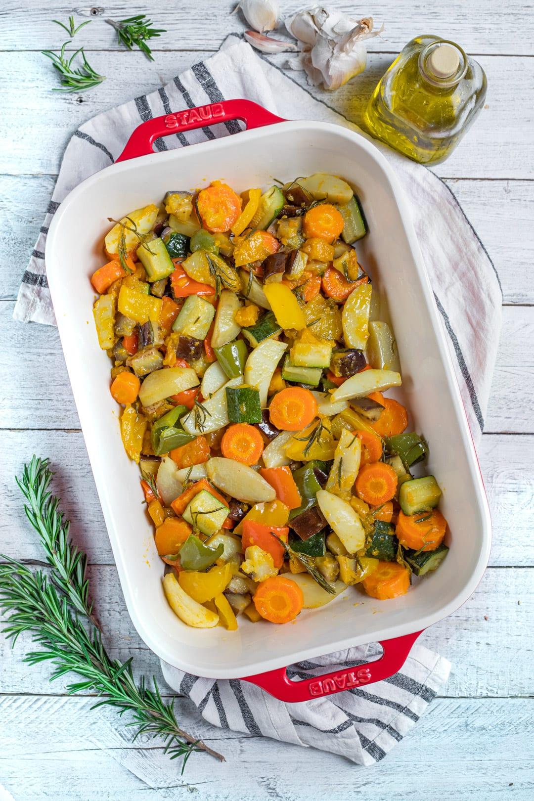 Verdure al forno nella teglia pronte per l'assaggio