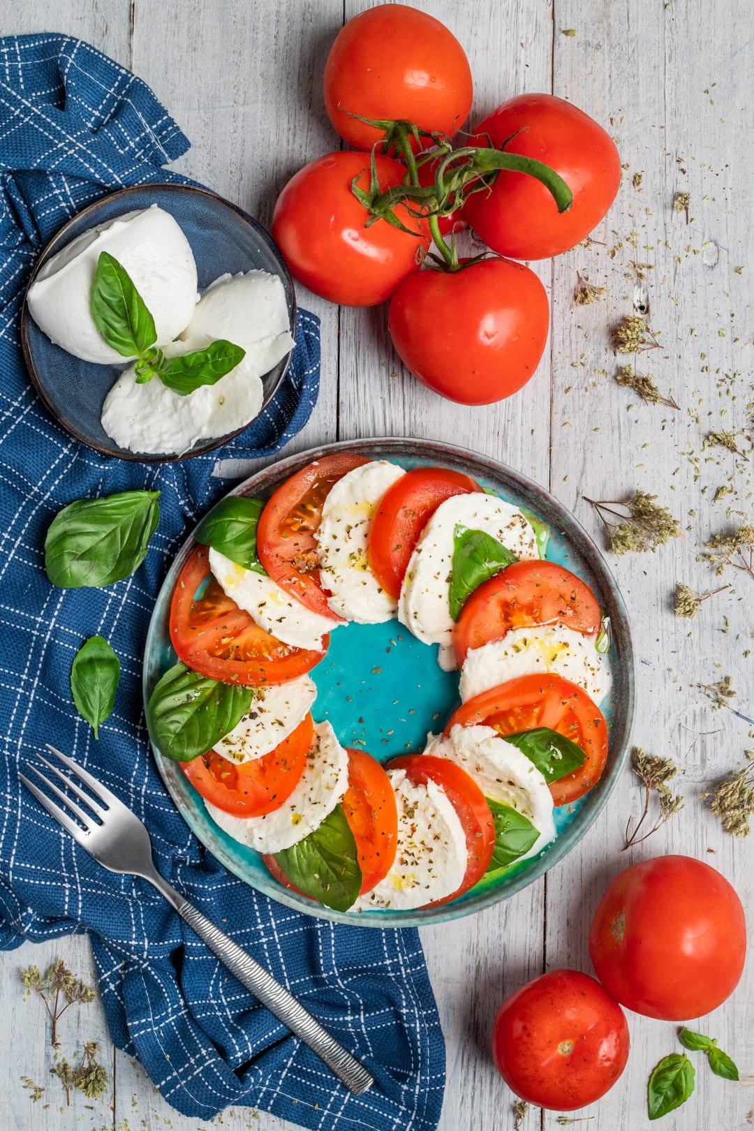 Insalata caprese nel piatto con ricetta e ingredienti