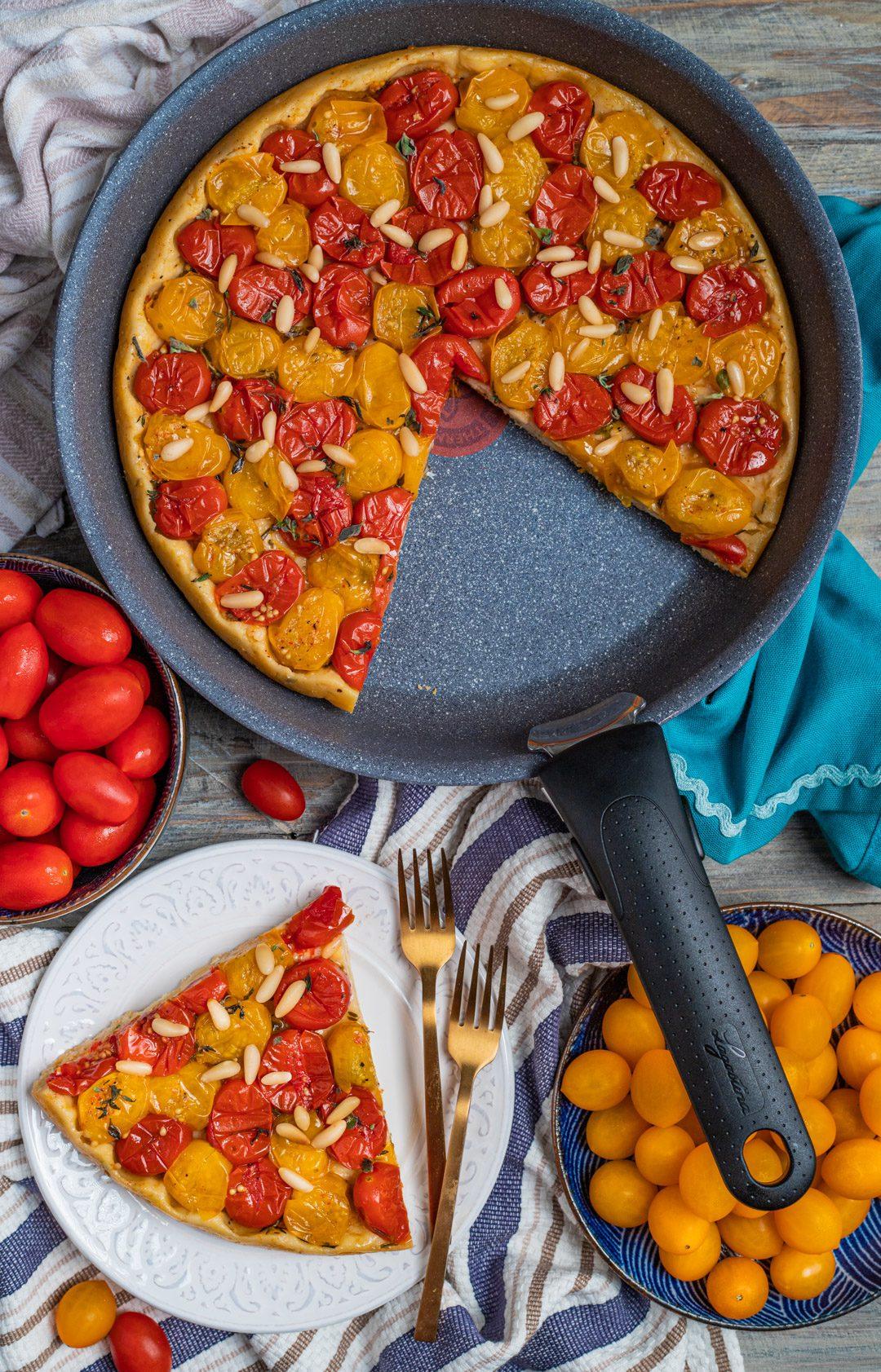 Tarte tatin salata con pomodorini fetta pronta da gustare
