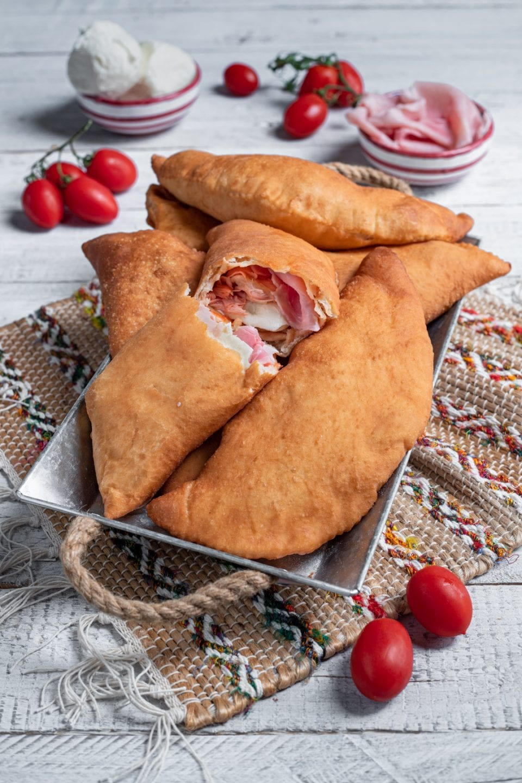 piatto di calzoni fritti siciliani